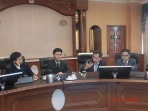 沈桂贤(右二)摄于交流会上。