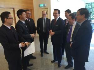 沈桂贤与马华总会长廖中莱等人在国会走廊聊天。