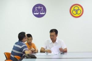 图解:人联党公共投诉局主任叶耀星律师聆听男事主诉说其难题。经当事人要求,脸孔皆打蒙。
