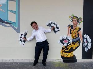 沈桂贤在3D壁画前摆起姿势。