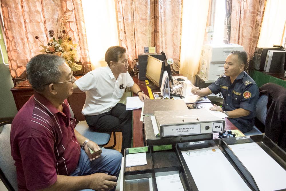 图说人联党公共投诉局主任叶耀星协助八点地居民在土地测量局更新其临时土地居住证