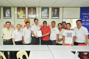 Residents handing over complaint to SUPP Public Complaints Bureau Chief Cr. Wilfred Yap in the presence of SUPP Batu Kawa Branch Chairman, Tan Joo Phoi and Penghulu Lim Eng Huat.