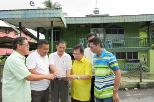 Datuk Dr Sim Kui Hian (L4) is seen discussing upgrading plans with the locals of Batu Kawah while SUPP Batu Kawah branch Chairman Tan Joo Phoi (L1) and the branch secretary Lim Ah Ted look on.