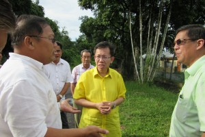 Batu Kawah resident Mr Chai (L) exchanges ideas with Datuk Dr Sim Kui Hian and Tan Joo Phoi over some local issues.