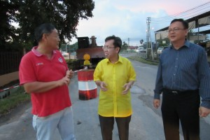 A resident from Yong Ming Village gives input on some local issues to Datuk Dr Sim Kui Hian and Cr. Lo Khere Chiang.