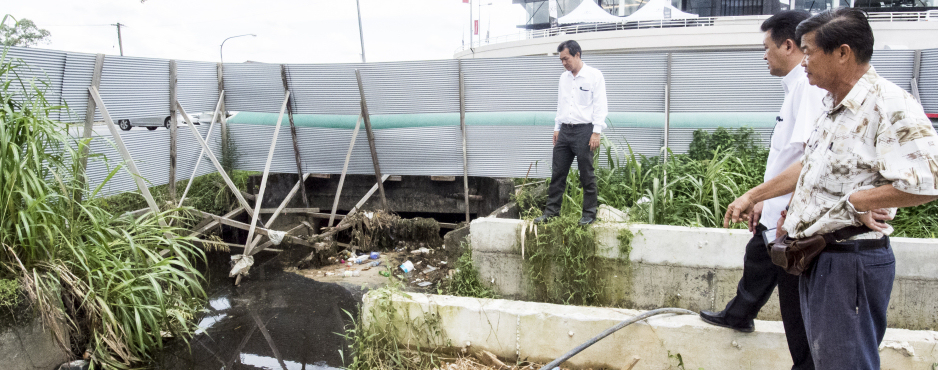 SPCB CHIEF WILFRED YAP INSPECTS THE BLOCKED DRAIN CONDITIONS